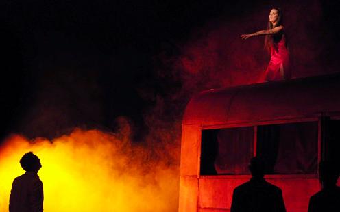 Elodie Navarre (Médée) dans la mise en scène de Ladislas Chollat au Vingtième Théâtre en 2009.