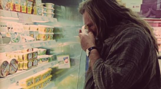 Gérard Depardieu reniflant un camembert industriel dans un supermarché. Image du film Mammuth de Benoît Delépine et Gustave Kervern (2010).