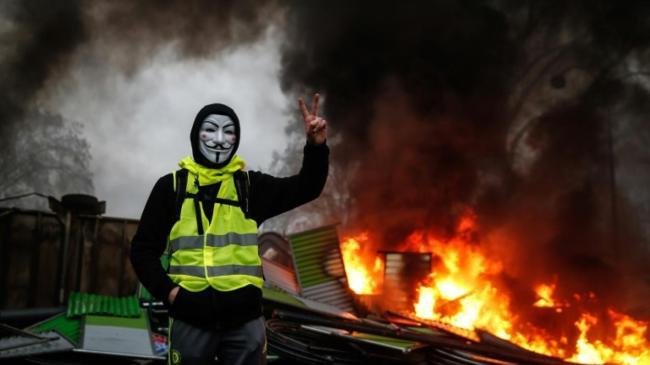 Gilet jaune feu masque barricade